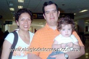 06052008 Mariano Montaña, Jade Romero y la pequeña Regina, tomaron un vuelo hacia la Ciudad de México.