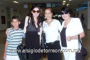 07052007 De México arribó Susana Cruz, quien fue bien recibida por Mary Carmen Reyes, Silvia Romo de Cruz y Jorge Fernández.