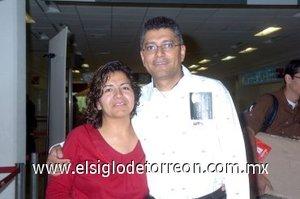 07052007 Luis Rivera voló a La Paz, Baja California, lo despidió Imelda de Rivera.