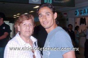 08052008 Carmen Ruiz salió a Tijuana, le deseó feliz viaje Fernando Arce.