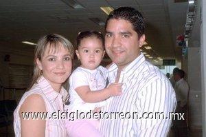08052008 Ernesto Chávez arribó de la Ciudad de México, le dio la bienvenida Gina Romero y Zulmita Chávez.