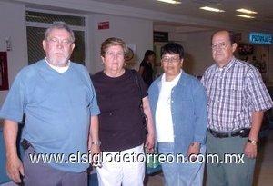 08052008 Marcos Loya y Carmen Valdés partieron a Tijuana los despidió Guillermo Loya y Adelina Almeida.