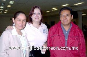 09052008 Alejandro Barrientos llegó desde el Distrito Federal y lo recibieron Nidia Triana y Marisol Rodríguez