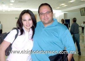 09052008 Augusto Gómez arribó a Torreón procedente de la Ciudad de México lo recibió Jaqueline Quintero