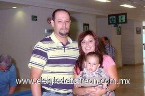 09052008 Diana Martínez y el niño Yareth Quiñones viajaron a California y los despidió Salvador Martínez