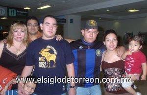 10052008 Gerardo Romo viajó a Canadá y lo despidieron Mary Romo, Graciela de García, Eduardo Romo, Salvador, Silvana y Favio García.