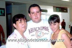 10052008 José Luis Quiroz viajó a Toronto y lo despidieron Refugio Palacios y Paola Quiroz.