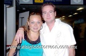 10052008 Kassandra Mora viajó a la Ciudad de México y la despidió Raúl Romero.
