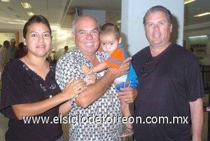 10052008 Luis Alberto Goytia viajó a Los Ángeles y lo despidieron Ignacio, Marcela e Israel Goytia