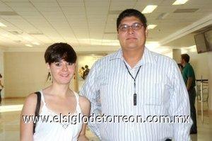11052008 Ángeles Escobar viajó a la Ciudad de México y la despidió Alejandro Rosas.
