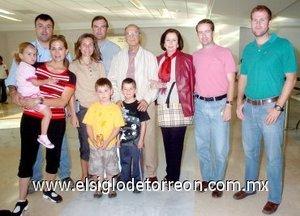 11052008 Miguel Gil y Patricia de Gil, viajaron a España y fueron despedidos por las familias Gil y Córdova.