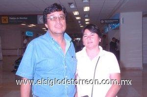 12052008 David Contreras llegó de la ciudad de México, fue recibido por Juanis Fong.
