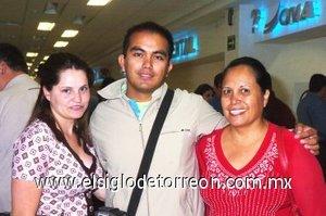 12052008 De México llegó Joanle Ramírez, lo recibieron Lidia Mendoza y Leticia Martín del Campo.