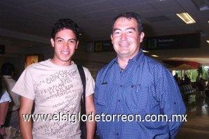 13052008 De México llegó César René Gómez, lo recibió Rogelio Saldaña.