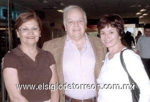 14052008 Claudia Máynez despidió a Alejandro Ordorica y Martha Chapa, quienes viajaron a la Ciudad de México.