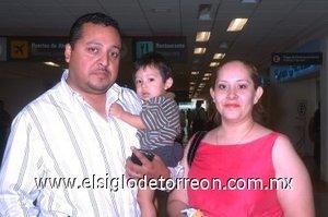 14052008 Édgar Rocha llegó de la Ciudad de México y fue recibido por Cynthia Ovalle y el pequeño Gustavo Alberto Rocha.