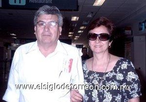 14052008 Ernesto Miranda viajó a Los Mochis, Sonora, y fue despedido por Rosario Mitre de Miranda.