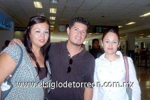 17052008 Adriana Amador y Adianey Mier despidieron a Jaime Vazquez, quien viajó a Los Ángeles, California