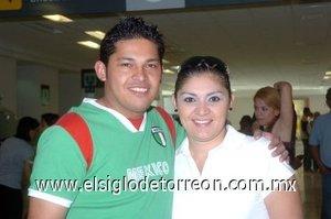 18052008 Max Rodríguez viajó a Tijuana y lo despidió Carla Rodríguez