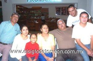 19052008 Alberto Morales viajó a Tijuana y lo despidió la familia Morales.