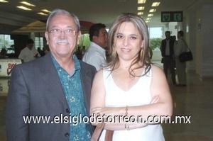 21052008 José García llegó de  la Ciudad de México y fue recibido por Artemia García.