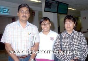 23052008 De Dallas, Texas arribó Martín Candelas, quien fue recibido por su esposa Carmen Amaya de Candelas y su hija Citlally Candelas