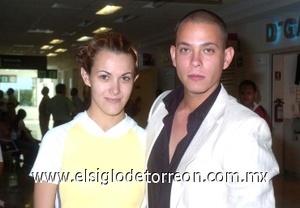 24052008 Alberto Campos viajó a la Ciudad de México, lo despidió Alma Márquez