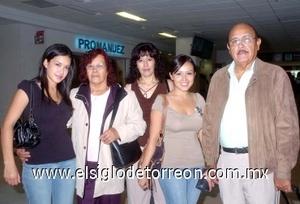 25052008 De México arribaron Manuel Peza y Eloísa Schiavon, quienes fueron recibidos por Leonor Peza, Maribel y Adriana Avendaño