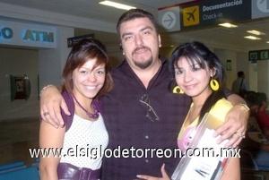 26052008 Jorge Carraza viajó a Tijuana y fue despedido por Sujey y Perla Carraza.