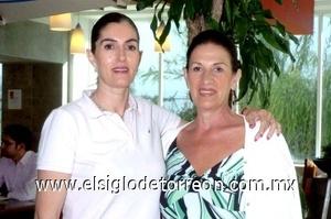 26052008 Leticia Ampudia tomó un vuelo rumbo a México, la despidió Cecilia de Bachd.