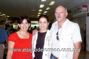 27052008 Sonia Soto llegó desde California y la recibieron Roberto y Silvia Soto.