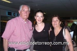 28052008 Rodolfo Benavides y Silvia de Benavides despidieron a su hija Priscila, quien realizó un viaje a Toronto, Canadá