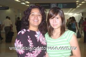 29052008 Denira Saldaña viajó a Tijuana y fue despedida por Mary Martínez