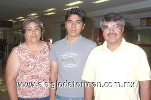 29052008 María del refugio Martínez y Jaime Yenis despidieron a Aarón Yenis, quien viajó a Tijuana