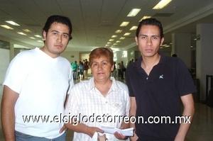31052008 aniel y David Alvarado despidieron a Martha Haro, quien viajó a Tijuana