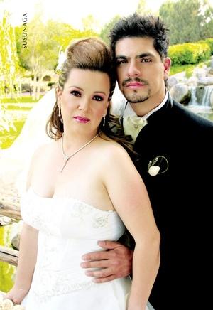 Lic. Octavio Martínez Delgado y Ing. Laura Marín Márquez unieron sus vidas en sagrado matrimonio en el altar de la parroquia Inmaculada Concepción, el sábado 19 de abril de 2008.  <p> <i>Estudio Susunaga</i>