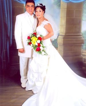 Sr. Iván Flores Barrera y Srita. Karla Patricia Macías Chávez contrajeron matrimonio en la parroquia de Santa Rosa de Lima, el domingo cuatro de mayo de 2008.