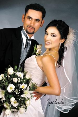 Ing. Miguel Ángel Hatchett García y I.I.S. Yadira Berenice Medina Cerda contrajeron matrimonio en la parroquia del Inmaculado Corazón de María, el sábado 19 de abril de 2008.  <p> <i>Estudio Sepúlveda</i>