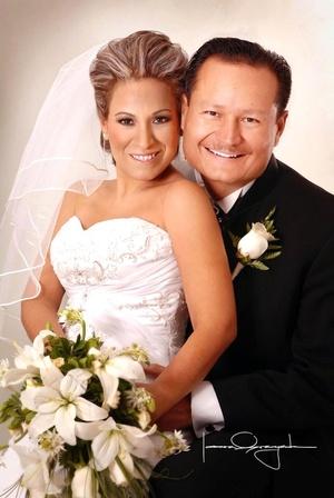 Ing. Prisciliano de Ávila Martínez y Lic. Alma Cantú Zavala contrajeron matrimonio en la parroquia de San Pedro Apóstol el sábado diez de mayo de 2008. <p> <i>Estudio Laura Grageda</i>