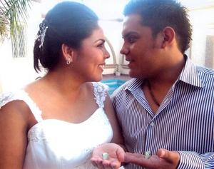 Sr. Gonzalo Olvera De la Garza y Srita. Mirna Adriana Juárez Chávez, el día de su enlace matrimonial. <p> <i>Studio Sosa</i>