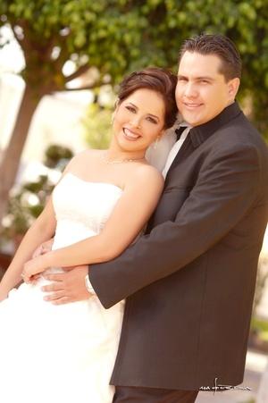 Sr. Jorge A. Raygoza Ferniza y Srita. Silvia I. Torres Rodríguez contrajeron matrimonio en la parroquia de La Inmaculada Concepción, el sábado 12 de abril de 2008. <p> <i>Estudio Carlos Maqueda</i>