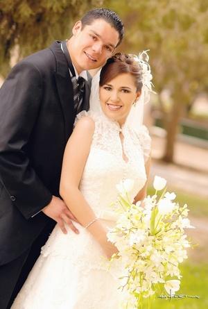 Sr. Jaime Velázquez García y Srita. Cristina Araujo Torre contrajeron matrimonio el sábado 26 de abril de 2008.  <p> <i>Estudio Maqueda.</i>
