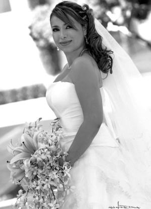 Señorita Karla Cáceres Ramos el día de su boda con el señor Manolo Díaz Albarrán.  <p> <i>Estudio Carlos Maqueda.</i>