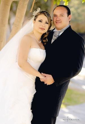 Sr. Manolo Díaz Albarrán y Srita. Karla Cáceres Ramos contrajeron matrimonio en la parroquia Los Ángeles, el sábado 29 de marzo de 2008.  <p> <i>Estudio Carlos Maqueda.</i>