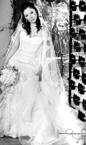 Srita. Abigaíl Montiel López, el día de su enlace matrimonial con el Sr. Gabriel González Aguilera.  <p> <i>Estudio Laura Grageda</i>