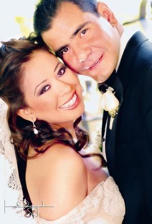 Sr. Gabriel González Aguilera y Srita. Abigaíl Montiel López contrajeron matrimonio religioso el sábado tres de mayo de 2008. <p> <i>Estudio Laura Grageda</i>