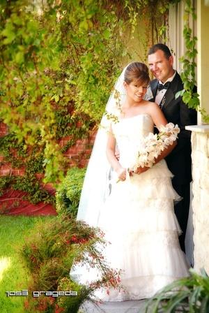 Sr. Arq. Carlos Ruvalcaba Limón y Srita. Arq. Rosaura Isela Téllez Sifuentes unieron su vida en sagrado matrimonio en la parroquia de La Sagrada Familia, el sábado 17 de mayo de 2008. <p> <i>Estudio José Grageda</i>