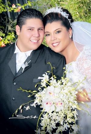 Sr. Luis Raúl Maldonado Enríquez y Srita. Brenda Cecilia Gutiérrez Macías contrajeron matrimonio en la parroquia de San Isidro Labrador el sábado 26 de abril de 2008.  <p> <i>Studio Sosa</i>