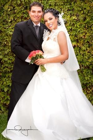 Sr. Francisco Eduardo Hernández Martínez y Srita. Martha Manuela Benavente Núñez, recibieron la bendición nupcial en la Catedral del Carmen, el sábado 26 de abril de 2008.  <p> <i>Estudio Laura Grageda</i>