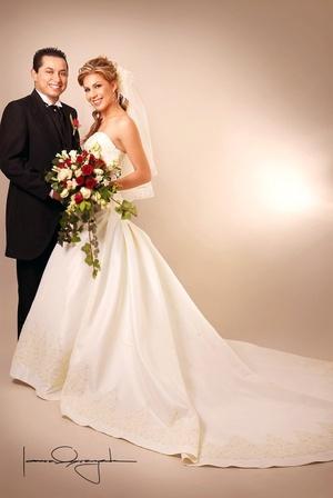 Sr. Víctor Morales Uribe y Srita. Gabriela Miranda Morales contrajeron matrimonio en la parroquia Los Ángeles, el sábado 19 de abril de 2008.  <p> <i>Estudio Laura Grageda</i>
